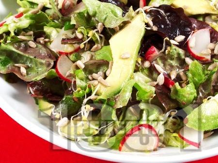 Зелена салата с авокадо и репички - снимка на рецептата